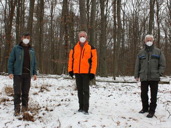 Wie geht es dem Burgstallwald nach dem katastrophalen Kahlfraß? Darüber informieren der Leiter der Bayerischen Staatsforsten Allersberg, Harald Schiller, Förster Franz Eitel und Forstamtsleiter Jürgen Stemmer (von links).