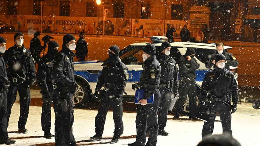 Großaufgebot im Einsatz: Polizei löst Corona-Demo in Erlangen auf