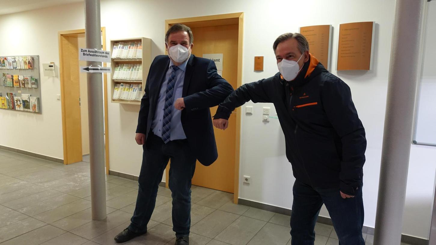 Ellbogencheck in Corona-Zeiten: Landrat Alexander Tritthart (r.) gratulierte seinem Nach-Nachfolger Karl-Heinz Hertlein zum Wahlsieg als Bürgermeister.