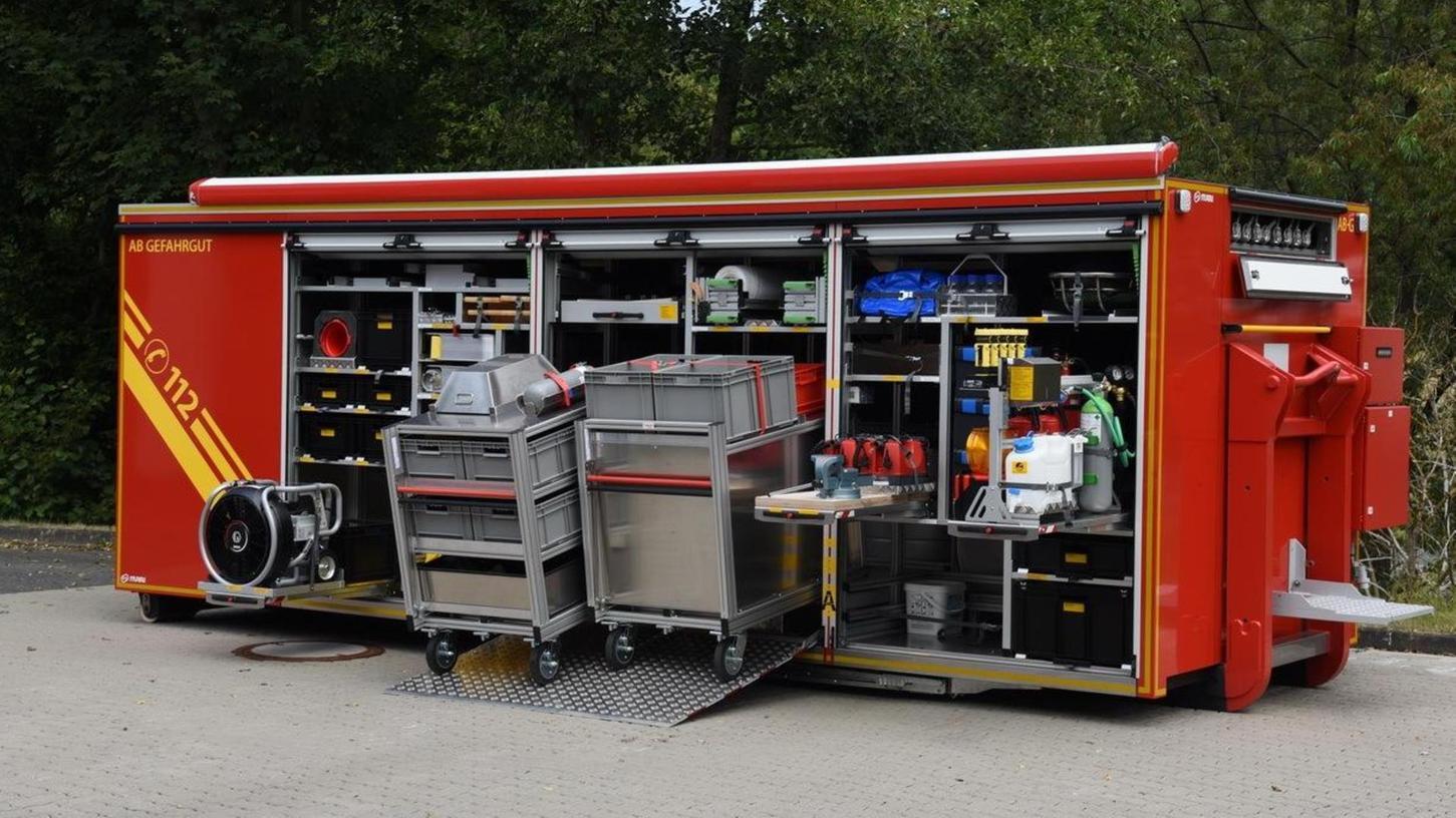 Der Abrollbehälter Gefahrgut ist unter anderem ausgestattet mit Tischen, Gefahrgutschläuchen, Schutzanzügen und Behältern.