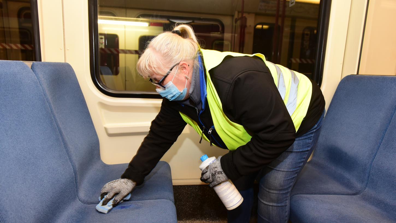 Eine Mitarbeiterin des mobilen VAG-Reinigungsteams säubert Stoffsitze in der U-Bahn.