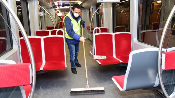 Im Winter werden die Gänge der U-Bahnen häufiger gekehrt, um den Rollsplitt zu beseitigen.