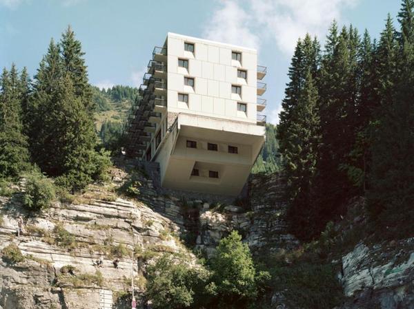 """Eine gewagte Konstruktion, die weit über den Hang reicht: der Hotelkomplex """"Flaine"""" in Hochsavoyen."""