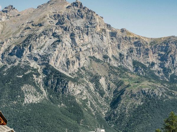 Wie ein gestrandeter Ozeanriese mitten in den Alpen ruht der Ferienkomplex in Puy-Saint-Vincent.