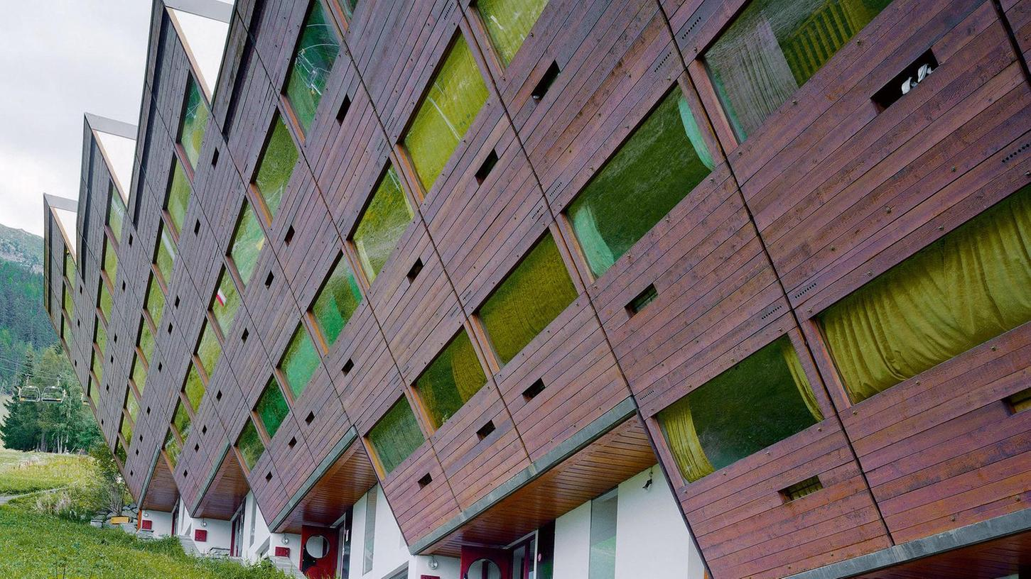 """Kühn stürzende Fassaden aus Holz und Glas: 1962 wurde der Hotelkomplex """"Arc 1600"""" im französischen Département Savoie gebaut. Er ist eine von 32 Ferienanlagen in den Alpen, die die Fotografen Sebastian Schels und Olaf Unverzart in ihrem Bildband zeigen."""