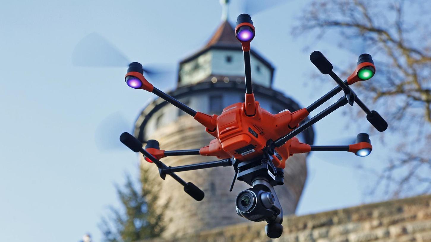 Drohnen – wie hier auf dem Symbolbild – werden im Feuerwehralltag immer wichtiger. Die Pegnitzer Feuerwehr arbeitet seit einigen Jahren mit dem selbstfliegenden Auge am Himmel.