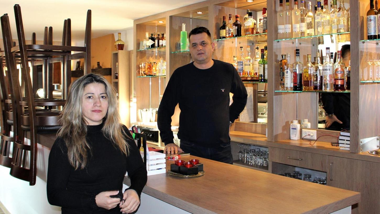 Seit Wochen sind Stühle hoch gestellt und die Gläser bleiben leer: Teuta und Florian Blakaj von der Bärlin-Bar.