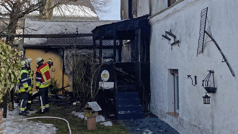 Eine Anwohnerin bemerkte Feuer in einem Anbau des Wohnhauses und brachte die beiden Bewohner sofort unverletzt aus dem Haus und in Sicherheit. Die Einsatzkräfte untersuchten das Wohnhaus auf mögliche Glutnester.