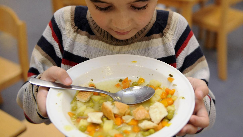 Warmes Essen an Schulen und Kitas wird derzeitkaum gebraucht: Wegen Corona brechen den Caterern die Aufträgeweg.