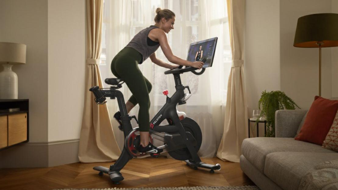 Strampeln in den eigenen vier Wänden und doch nicht alleine: Peloton bietet neben Fitnesskursen in Echtzeit auch das passende Equipment.