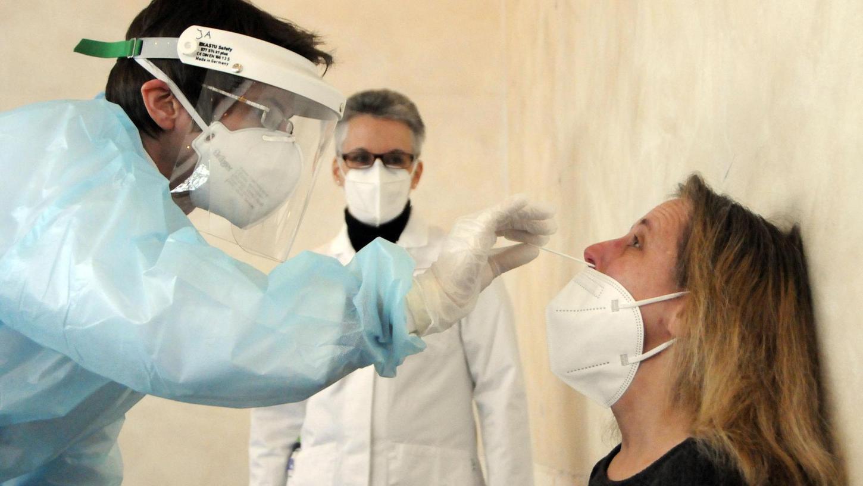Richtig tief schiebt Apothekerin Janina Alvarez das Teststäbchen in die Nase. Das ist ganz schön unangenehm! Muss aber sein, erklärt auch die Inhaberin der Herz-Apotheke, Kerstin Wirth (hinten).
