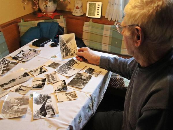 Der Pegnitzer Lokalmatador Karl Kaiser mit seinen Schätzen: Fotos und Zeitungsartikel aus den goldenen Jahren Skisprungjahren in Hainbronn.