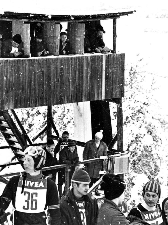 Etwas windschief wirkt der Sprungrichter-Turm – aber immerhin hatte die Jury aus luftiger Höhe den besten Blick auf die Schanze und den Aufsprunghügel.