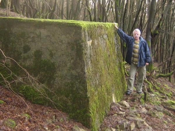 Nur der mit Moos überwachsene Absprung-Bakken existiert heute noch. Der Pegnitzer Stadtheimatpfleger Helmut Strobel hat sich wegen des Größenvergleichs daneben gestellt.