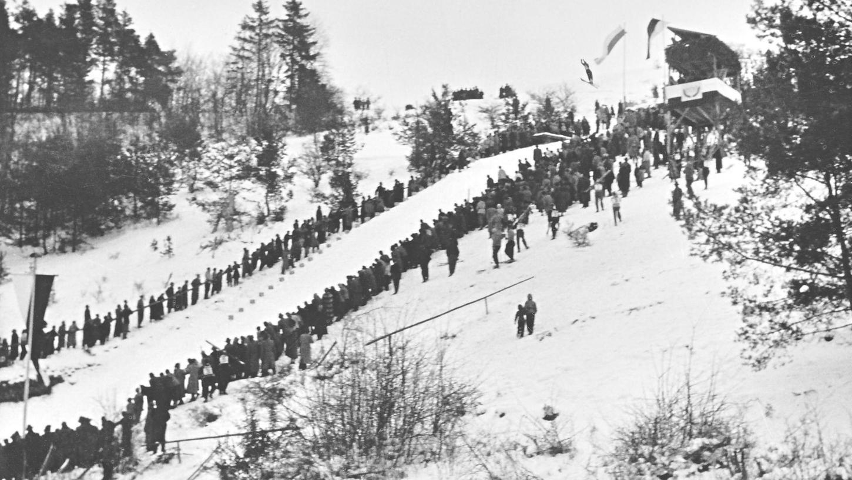 """Es war eine echte Massenbewegung: Als im Februar 1955 das ersten Skispringen an der Hainberg-Schanze stattfand, pilgerten 3500 Menschen an den Pegnitzer """"Hausberg"""", um die tollkühnen Sportler bei den ersten Sprüngen von der neuen Anlage zu bewundern."""