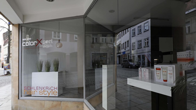 Seit Wochen geschlossen haben die Friseur-Salons wie hier in der Hauptstraße in Forchheim. Claudia Gottstein, Obermeisterin der Friseur-Innung, warnt vor den Folgen und fordert, dass die Betriebe so schnell wie möglich wieder öffnen dürfen.