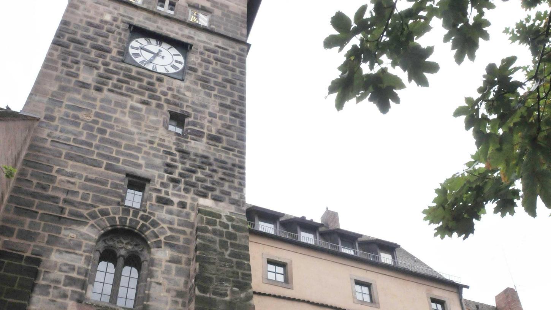 Seit dem heutigen Donnerstag stehen die Zeiger des Laufer Schlagturms still. Das Uhrwerk ist defekt, die Stadt wartet auf Ersatzteile.