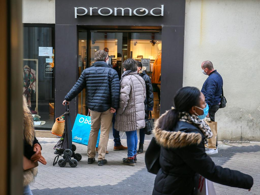 Foto: imago images/Hans Lucas - ..FRANCE - SOCIETY - SHOPS - ECONOMY - CONFINEMENT - REOPENING Many people walk down a pedestrian street in front of the shops with shopping bags. First day of reopening of shops following the second confinement. Valence, France - November 28, 2020. Photography by Nicolas Guyonnet / Hans Lucas. VALENCE FRANCE PUBLICATIONxINxGERxSUIxAUTxONLY Copyright: xNicolasxGuyonnetx HL_NGUYONNET_1296103