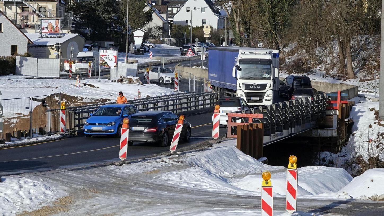 Die B8 war in Ochenbruck schon immer ein Nadelöhr. Nur ist dieses derzeit noch enger, weil die Schwarzach-Brücke am südlichen Ortsausgang neu gebaut wird; der Verkehr rollt derzeit über eine Behelfsbrücke. Viele Ochenbrucker hätten am liebsten eine Umgehung – sogar ein Tunnel steht zur Debatte.