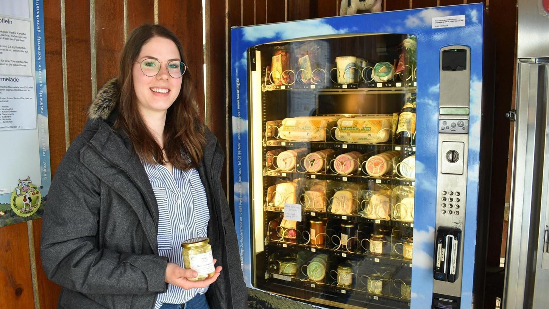 Elisa Otzmann bei der Milchtankstelle ihrer Eltern in Dorfhaus. Dort ist neu ein Fetakäse, hergestellt aus Kuhmilch, im Kühlschrank. Der erste seiner Art im Landkreis.
