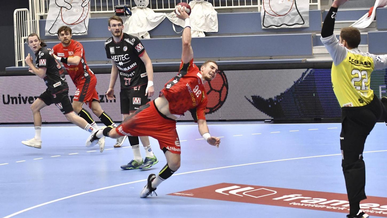 Tim Zechel beim Torwurf: Ende Oktober unterlag der Noch-Essener dem HC Erlangen mit 20:26, einen Treffer erzielte er dabei. Ab kommendem Sommer ist er Teamkollege von Klemen Ferlin und Co.