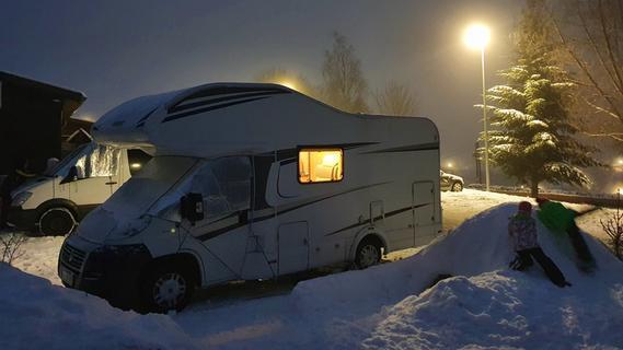 Mit dem Familienwohnmobil auf einem Stellplatz in den Bergen übernachten: Das sollte wieder möglich sein - dort liegt oft bis lange ins Frühjahr hinein sogar Schnee.