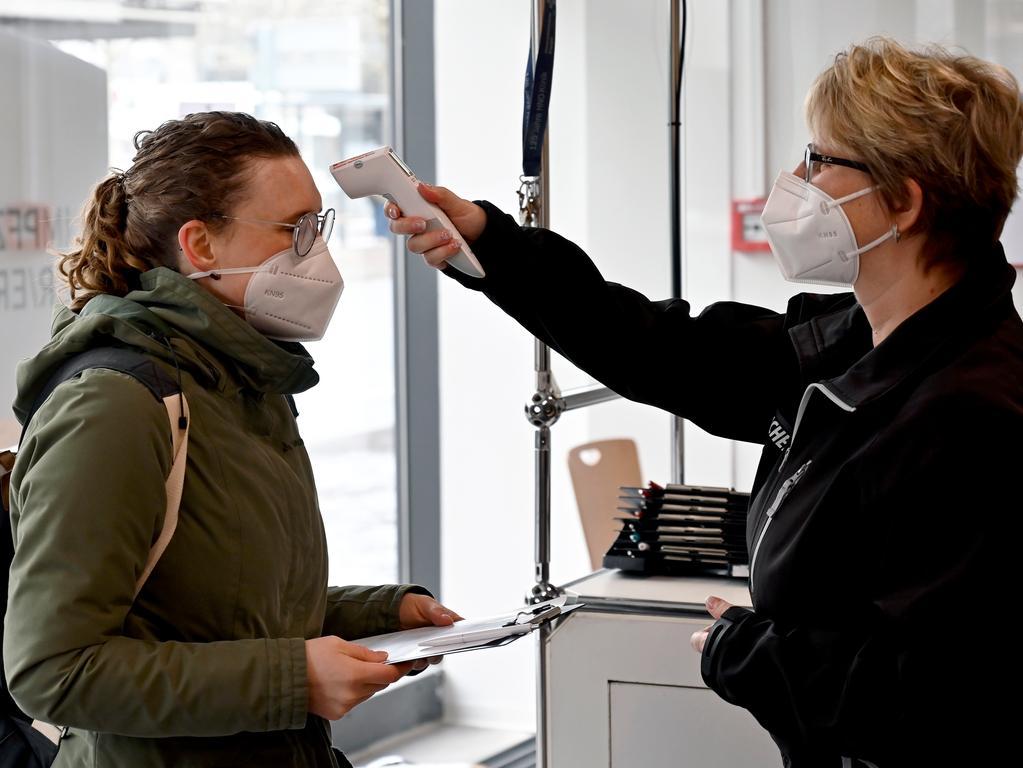Erlangen: das Corona-Impfzemtrum in der Sedanstraße hat heute mit der Impfung von über 80-jährigen Menschen begonnen. Unter ihnen ist auch die 100-jährige Thea Wolf, die hier von der Arzthelferin Kathrin Sölla geimpft wird. 25.01.21. Foto: Harald Sippel