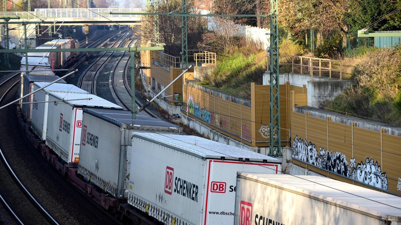 Bisher rattern die Güterzüge durch den Fürther Bogen, in Zukunft sollen sie nach Plänen der Bahn im Untergrund verschwinden.