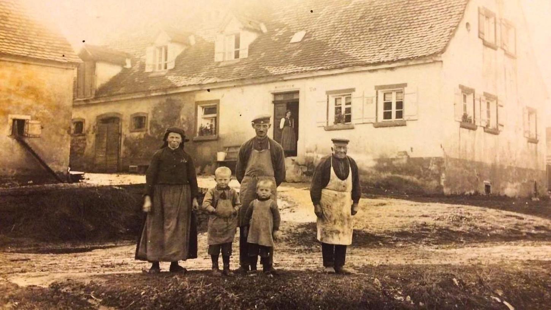Großvater Christian Preu (rechts) in einer Aufnahme aus dem Jahr 1927 mit der Familie seiner Tochter Ernestine samt deren Kindern Friedrich und Karl sowie deren Vater Michael Auernhammer. Preu starb am 31. Juli 1929 im Alter von 80 Jahren und sieben Monaten in Markt Berolzheim.