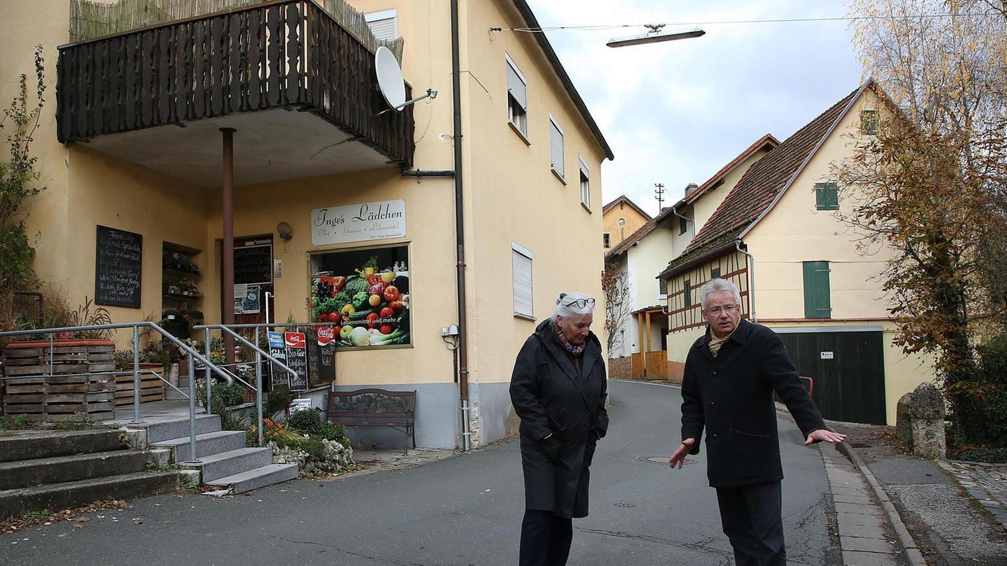 Christiane Hofmann-Richter und Henry Haase setzen sich mit einer Vielzahl Egloffsteiner für ein Ende des Schwerlastverkehrs durch den Ortskern ein.
