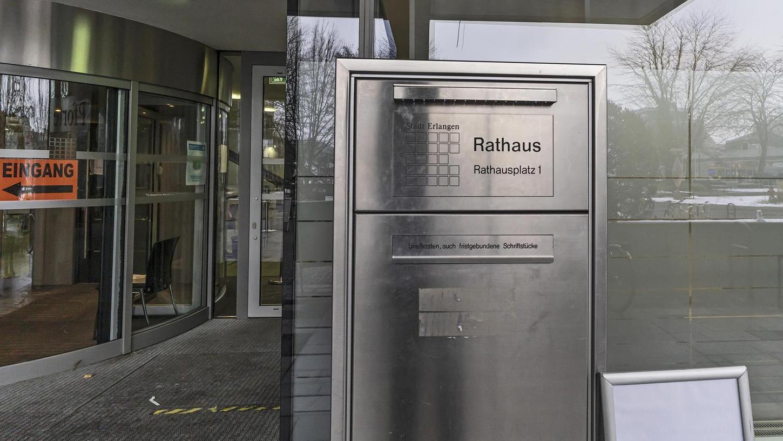 Während der Pandemie wird persönlicher Kontakt vermieden und die Post in einen Briefkasten des Erlanger Rathauses geworfen – ohne Eingangsbestätigung.