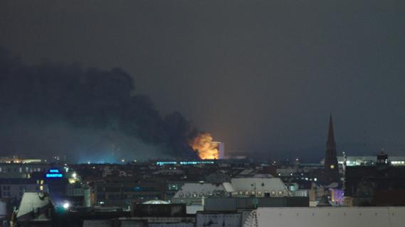 Schaden in Millionenhöhe: Halle auf Siemens-Gelände brannte lichterloh