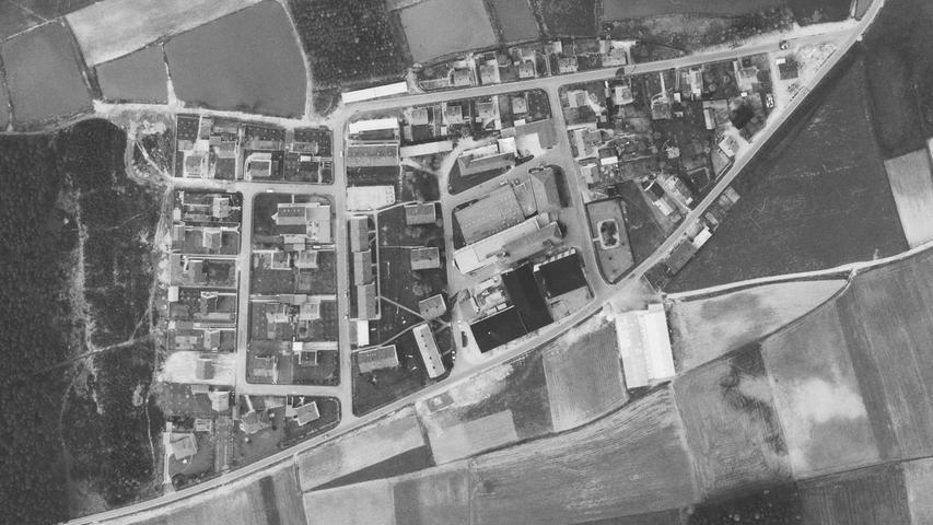 Schon 1966 war das Seeland-Gebäude von Wohnbauten umgeben. Das Fabrikgebäude wurde später vergrößert, die Hauptstraße wurde ein ganzes Stück nach Süden verlagert.