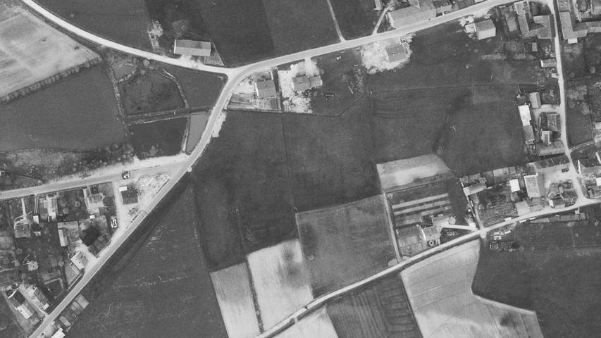 Der kleine Weg unten quer durch das Bild wird einmal die gut ausgebaute Emskirchener Straße sein. Die Straße ganz rechts (senkrecht) ist die Schwalbengasse. Und was wie die Hauptstraße aussieht, ist der Finkenweg.
