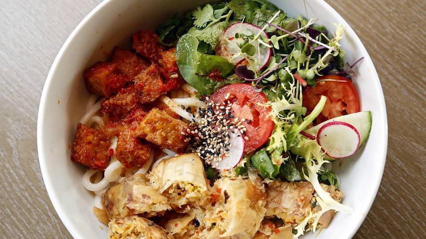Ob Kentucky Fried Seitan, Summer Rolls oder veganes Sushi: Die Chay Vegan Kitchen in Erlenstegen bietet eine riesige Auswahl, eine ausschließlich vegane Speisekarte und den starken siebten Platz. Weitere Infos zum Chay erhalten Sie in unserem Gastro-Guide.