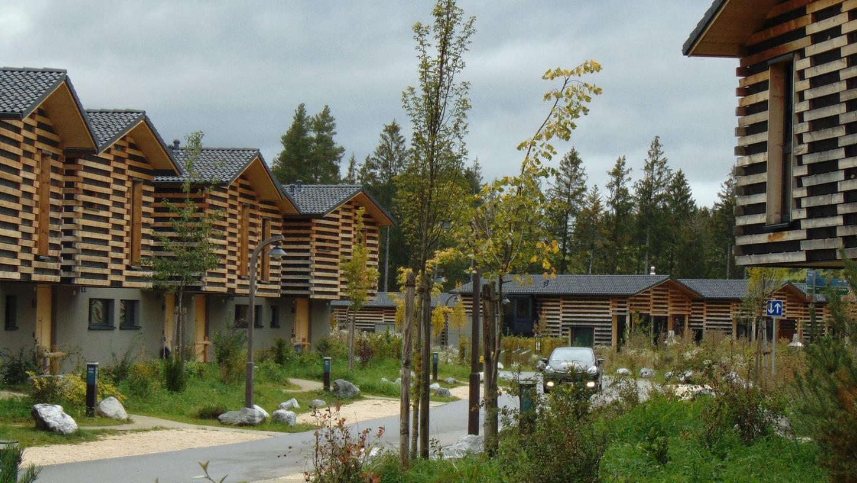 Seit Monaten heiß umstritten: Ein Center Parcs-Feriendorf wie dieses in Leutkirch (Allgäu) soll auf dem ehemaligen Muna-Gelände bei Langlau am Brombachsee entstehen.