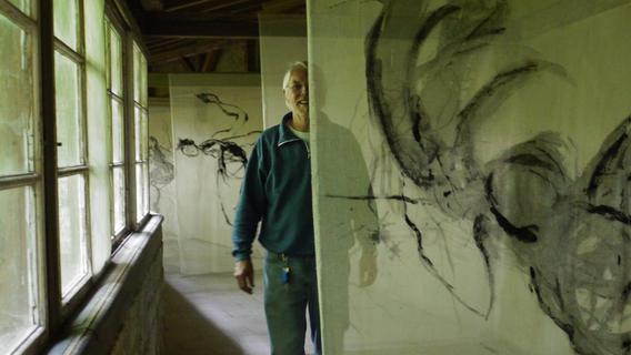 """Die """"Spirale"""" suchte stets nach neuen Räumen für ihre Ausstellungen. 2010 trafen besonderer Raum und besonderes Thema im Pappenheimer """"Haus Altmühltal"""" aufeinander. In den verwaisten Gängen des ehemaligen Lungensanatoriums stellten 18 Künstler unter dem Titel """"FreiLuft"""" aus. Unser Bild zeigt Michael Gehrcke, halb versteckt hinter der Kunst seiner Frau."""