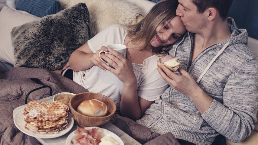 Ein Brunch im Lieblingscafé? Puh, das ist schon ganz schön lange her. Aber wie wäre es mit einem romantischen Frühstück im Bett mit Croissants, Café, Champagner? Das lässt nicht nur das Herz höherschlagen, sondern verkürzt auch die Wartezeit auf den nächsten Restaurant-Besuch.