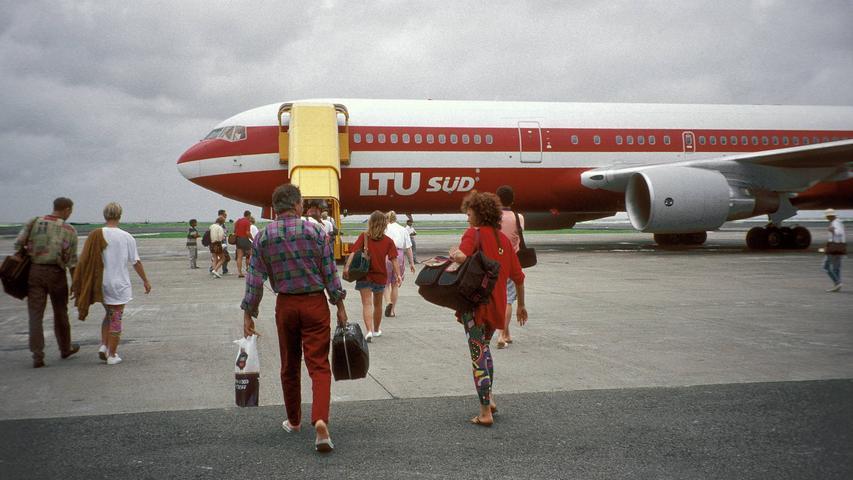 Urlauber gehen an Bord einer Boeing 767 der Airline LTU auf dem Rollfeld des Internationalen Flughafens der Malediven