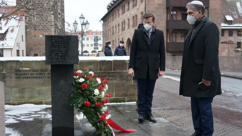 OB Marcus König und der Vorsitzende der Israelitischen Kultusgemeinde, Jo-Achim Hamburger, beim stillen Gedenken am Mahnmal für die einstige Hauptsynagoge am Hans-Sachs-Platz.