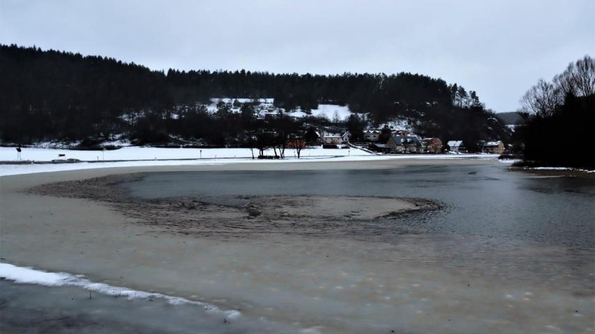 Weiter talabwärts in Richtung Behringersmühle steht teilweise der ganze Talgrund unter Wasser. Der Ailsbach ist bekannt dafür, dass er recht oft Hochwasser führt. Grund dafür ist, dass das Wasser des gesamten Ahorntals nur über den recht kleinen Bach Ailsbach bis zur Wiesent bei Behringersmühle abfließen kann.