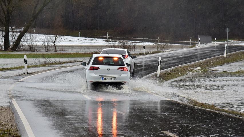 Straßen sind bereits überflutet.