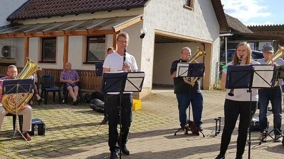 Die Gnotzheimer Musikanten verlegten ihre Probe kurzerhand ins Freie und hatten schnell viele Fans und Zuhörer.