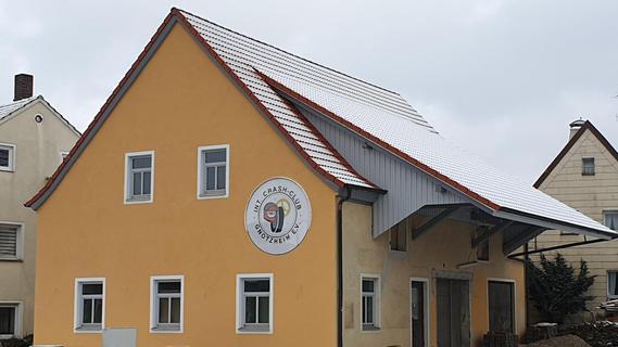 Aus der ehemaligen Bullenhaltung wurde ein schmuckes Vereinsheim für den Crash-Club Gnotzheim, das den Marktplatz erheblich aufwertet.