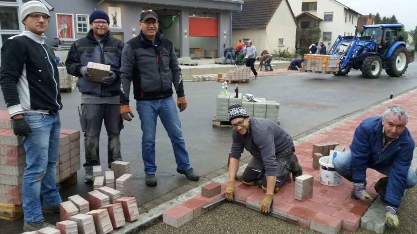 Das frühere Raiffeisenbankgebäude in Gnotzheim hat eine neue Nutzung und dient nach erfolgtem Umbau nun der Freiwilligen Feuerwehr als Domizil. Bei den Pflasterarbeiten halfen viele fleißige Hände mit.