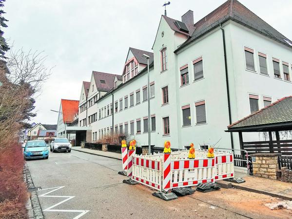 In der Oettinger Straße, wo eigentlich schon Wärmeleitungen liegen, werden derzeit Erdgasrohre verlegt. Der Entwicklung weg von fossilen Brennstoffen in der Altmühlstadt soll dies aber nicht zuwiderlaufen, sondern nur eine Übergangslösung während der Bauzeit der neuen psychosomatischen Bezirksklinik sein.