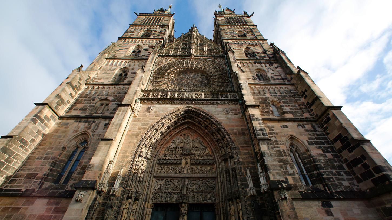 Das mächtige, meist verschlossene Westportal der Nürnberger Lorenzkirche soll künftig zum Haupteingang werden.