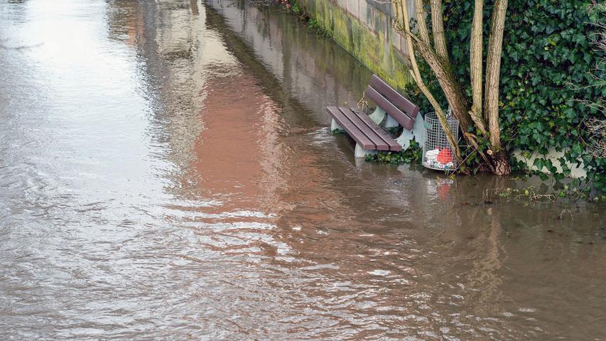 Regen und Schneeschmelze haben die Flüsse und Bäche in Franken ansteigen lassen. So auch den Pegel der Schwarzach in Wendelstein, die stellenweise über die Ufer trat.