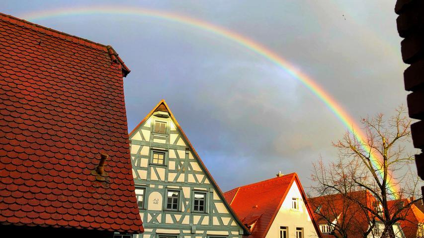 Ein besonders schöner Regenbogen war Freitagnachmittag kurz in Forchheim zu sehen. Nach viel Regen spitzte die Sonne heraus und bescherte das prächtige Farbenspiel über der Königsstadt.