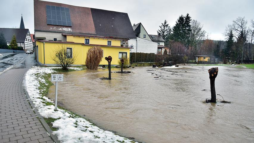 Auch die Schwabach und ihre Zuflüsse treten über die Ufer. Wie hier in Kleinsendelbach.